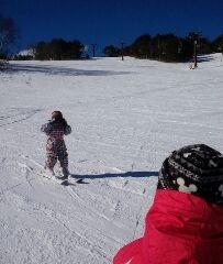 スキーをする次男と三男