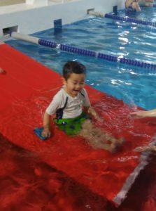 水泳教室に参加する三男くん