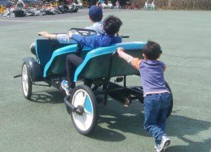 自転車で遊ぶ三兄弟