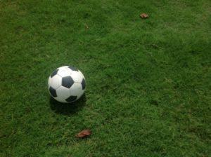 サッカーボールとピッチ