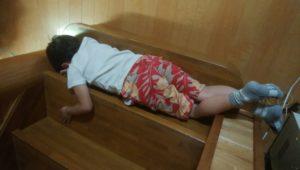 階段で寝る三男くん
