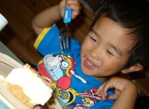 ケーキを食べる次男